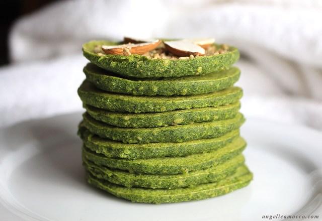 Pancake agli spinaci con semi di sesamo senza glutine e latticini