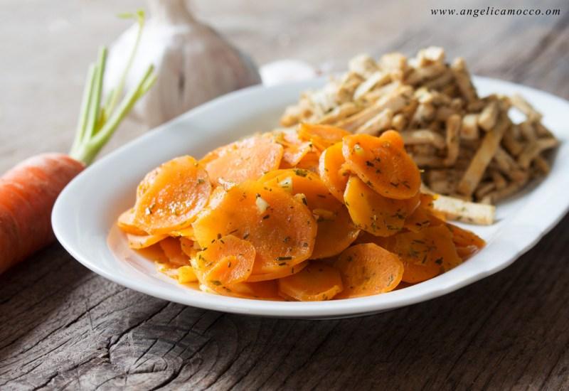 Tofu saltato in padella con carote e salsa di soia