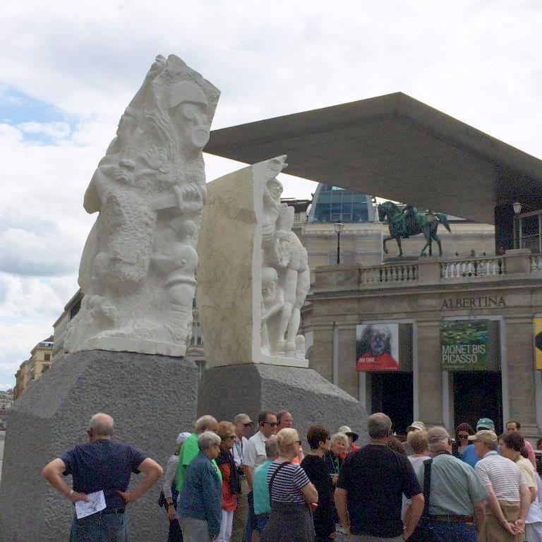 Hrdlicka-Denkmal und Albertina