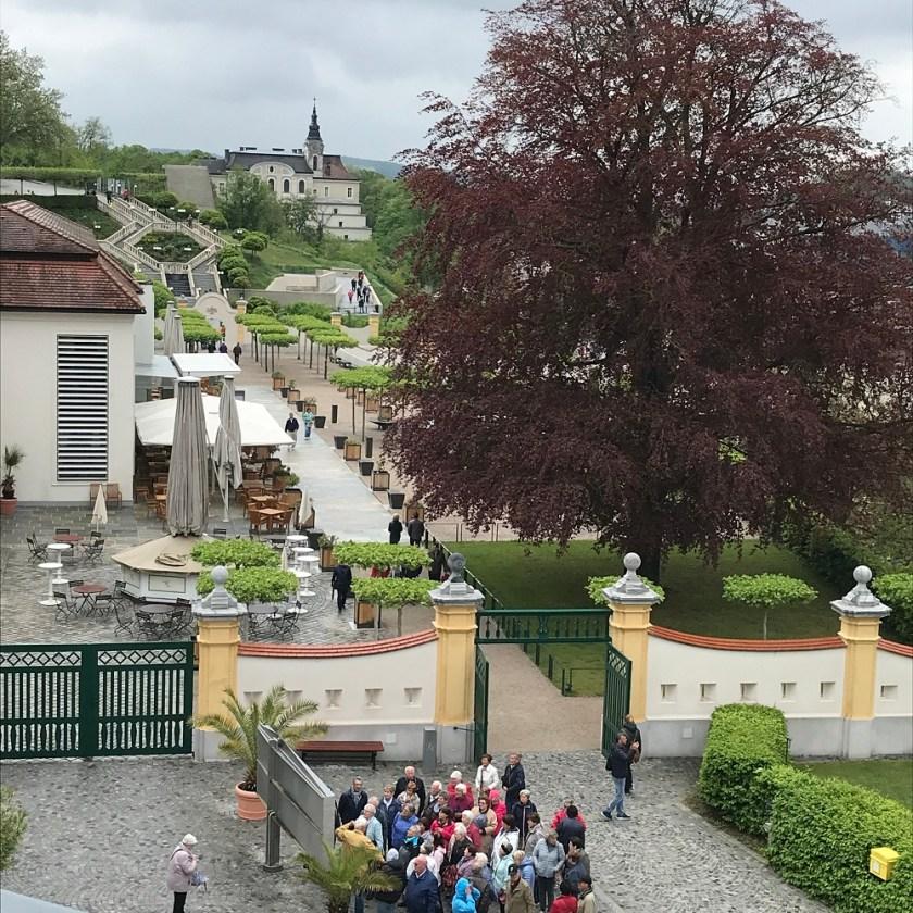 Blick über das Stiftsrestaurant zur barocken Stiegenanlage