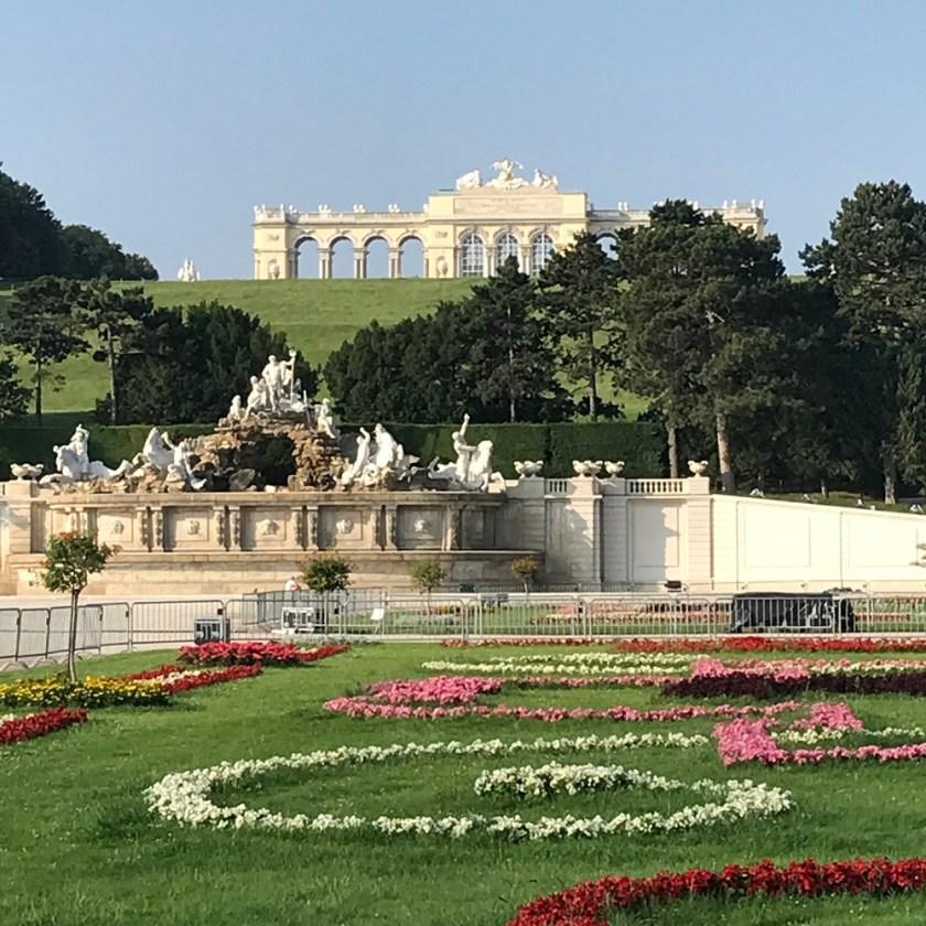 Blick vom Großen Parterre auf Neptunbrunnen und Gloriette