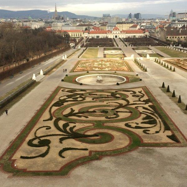 Blick über den Belvederegarten zur Stadt