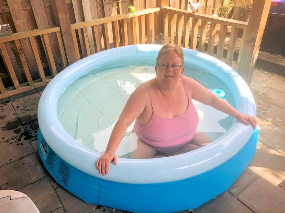 Ik afgelopen zomer in het badje in mijn roze badpak met een gelukzalige glimlach op mijn gezicht.