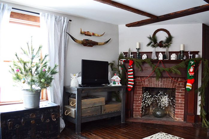 Simple Christmas decor in a farmhouse living room