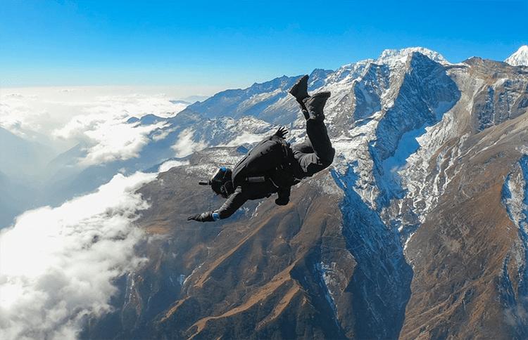 Perempuan Indonesia Ini Taklukkan Mount Everest dengan Cara Terjun Payung