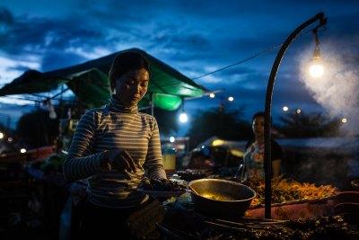 woman_sells_food_night_market