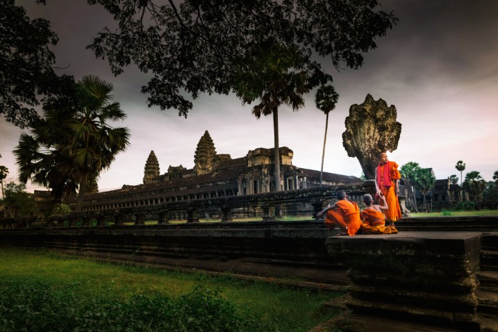 novice_monks_angkor_wat