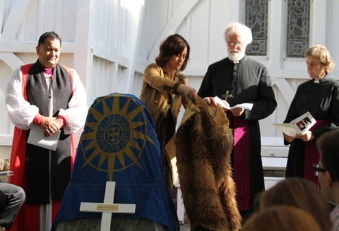 Sir Paul's daughter Sarah removes the korowai and reveals a second layer, emblazoned with the Anglican Communion symbol.