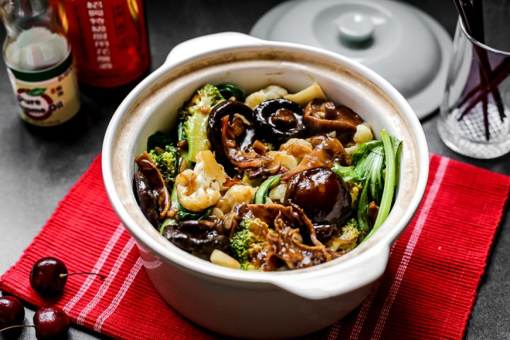 Mixed Vegetables in Claypot with Squid Wide