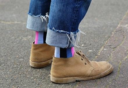 calcetines de colores con botas