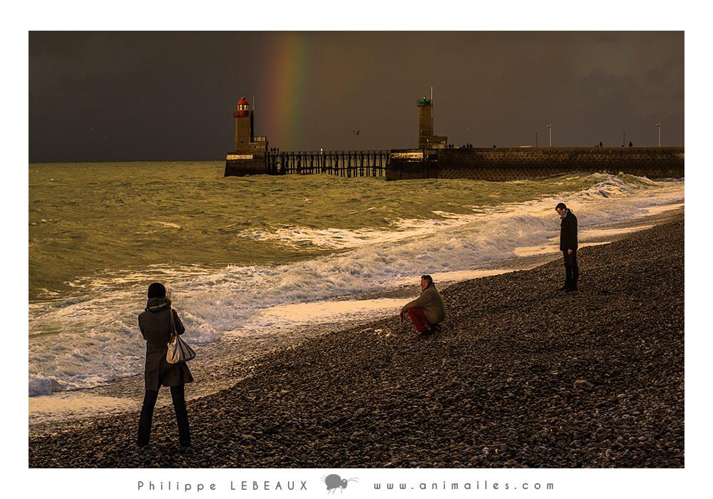 Arc-en-ciel sur le phare du port de Fécamp et personnages sur la plage