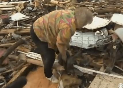 竜巻で家を失った女性、インタビュー中に犬が見つかる