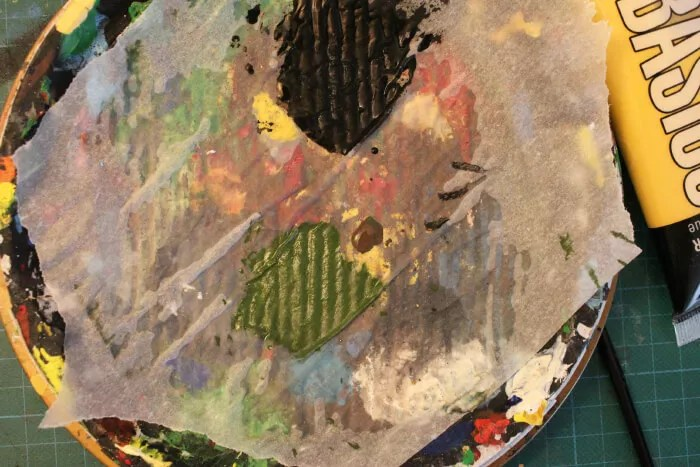 Comment peindre des cadiens warhammer ? étape 1 : base de peintures acryliques verte et marron.