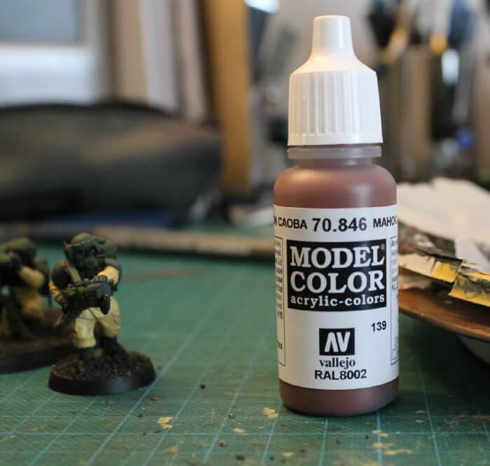 Étape 3 : Choix d'un marron cuir (Peinture Vallejo) pour créer la base de la couleur des visages.