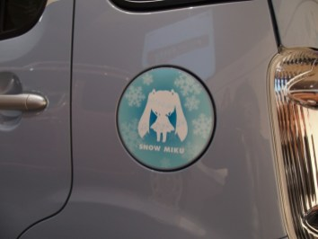 The gas lid features a Snow Miku emblem!