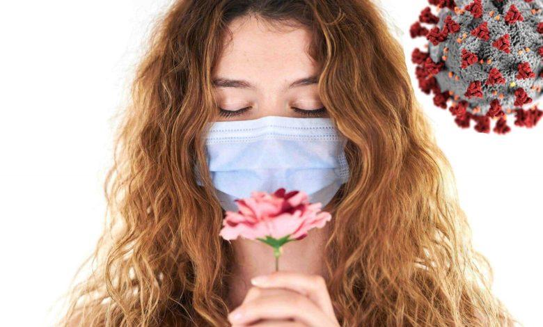 فتاة ترتدي كمامة على الوجه للحماية من فيروس كورونا