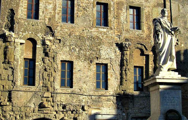 La Piazza dove troneggia la statua di Giovanni Pierluigi da Palestrina