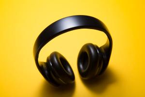 picture of headphones illustration list of great parenting podcasts