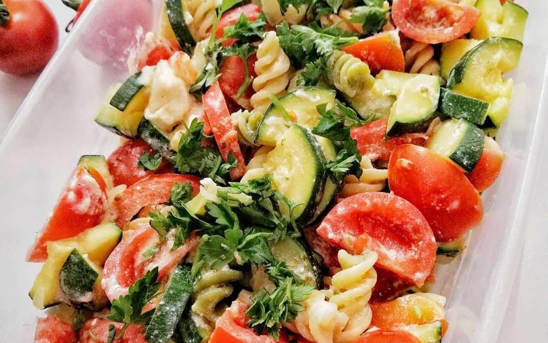 Sałatka z makaronem, fetą i warzywami