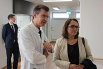 Chefarzt Dr. Martin Haas führte Anja Butschkau durch die neue Station für Altersmedizin (Geriatrie).