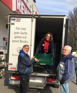 Viele Dortmunder Supermärkte spenden nicht verkaufte Lebensmittel an die Dortmunder Tafel. Ulli Weber (l.) und Peter Thanscheidt (r.) sammeln diese Ware ein. Sie schleppen Kisten, wuchten diese auf den LKW und pflegen nebenbei noch den Kontakt zu den Händlern. Dies machen sie ehrenamtlich in ihrer Freizeit, um Menschen, denen es nicht so gut geht, zu unterstützen.