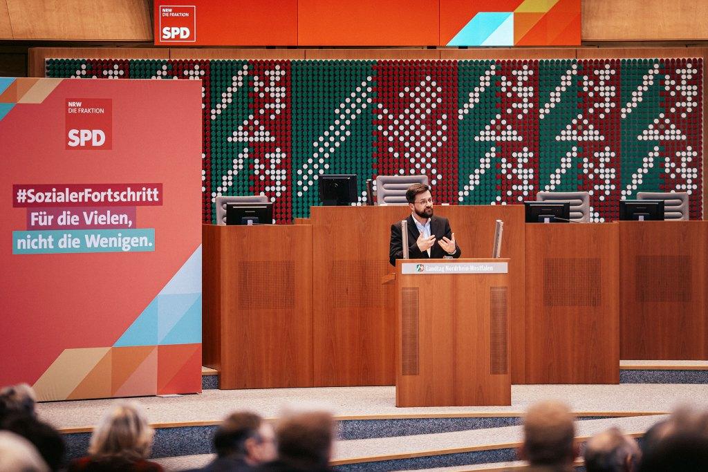 Für die Vielen, nicht die Wenige. Während der Jahresauftaktkonferenz der SPD-Landtagsfraktion stellt deren Vorsitzende Thomas Kutschaty die drei Leitmotive vor. (Foto: SPD-Fraktion NRW)