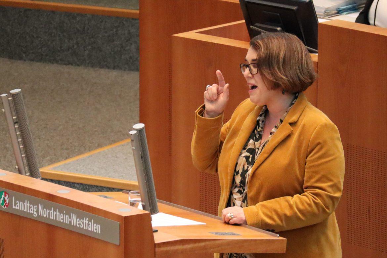 Anja Butschkau hält eine Rede im Plenum des Landtags Nordrhein-Westfalen.