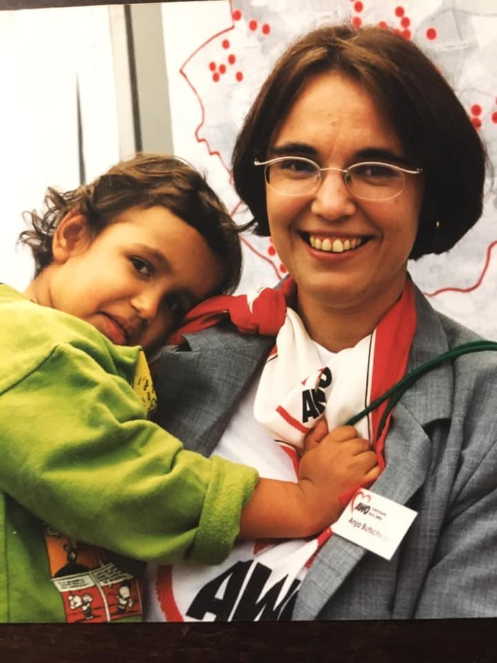 Anja Butschkau mit Tochter Nele auf der Arbeit bei der AWO