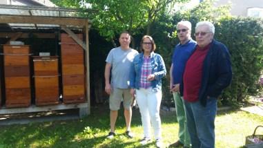 Hobbyimker Waldemar Teichrib zeigt Anja Butschkau, Karl Wenzelewski (SPD-Ortsverein Germania) und Ernst-Friedrich Hauerken (Bezirksvertreter) seine Bienenvölker.