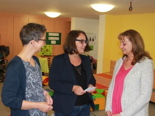 Anja Butschkau im Gespräch mit Petra Bock, Betriebsleiterin für elementare Erziehung und Bildung bei der AWO Dortmund und Petra Kuckuk-Fiedel, Leiterin des AWO-Familienzentrums Holzen.