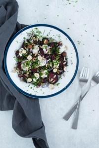 Bagt rødbedesalat med rygeostcreme, urter og ristede solsikkekerner