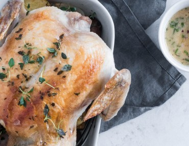 Helstegt kylling med rodfrugter og urtesauce
