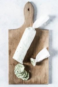 Ramsløgssmør - en hvidløgssmør/urtesmør/kryddersmør til bagekartofler, bøf eller brødet