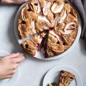 Æblekage med brombær og marcipan