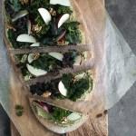 Pizza med persillehummus og salat