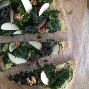 Grøn hummus-pizza med sprød grønkålssalat