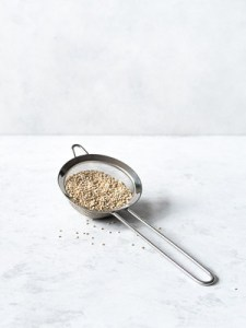 Skyl quinoa først for at fjerne bitterstoffer