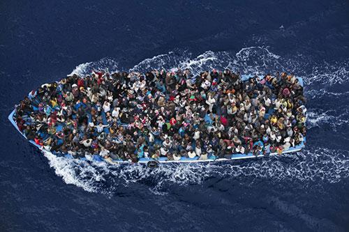 Genel Haber kategorisinde 2. olan fotoğraf ise göçmenlerin acı durumunu gözler önüne seriyor.  Massimo Sestini'ye ait fotoğraf Akdeniz'den...
