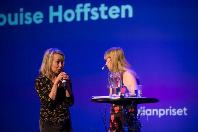 Annan intervjuar Louise Hoffsten på scen på Sankt Julian Priset 2016