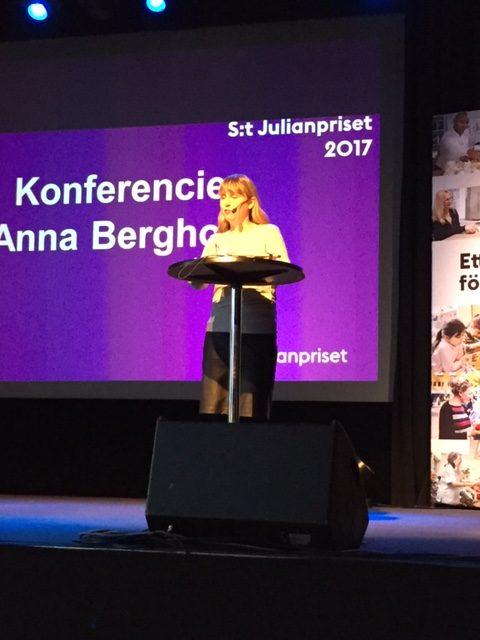 Foto: Från utdelningen av årets S:t Julianpriset. Anna som konferencier.