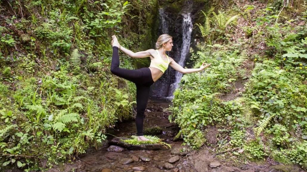 practicando yoga en el bosque