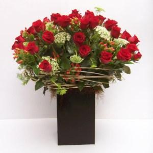 Diseñamos arreglos florales con rosas rojas para enamorados.
