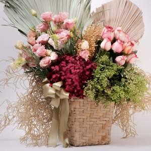 cesta con flores rehidratadas