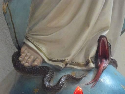 la battaglia dell'esercito di maria contro satana serpente e leone ruggente