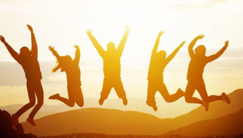 Giovani che esultano di gioia.