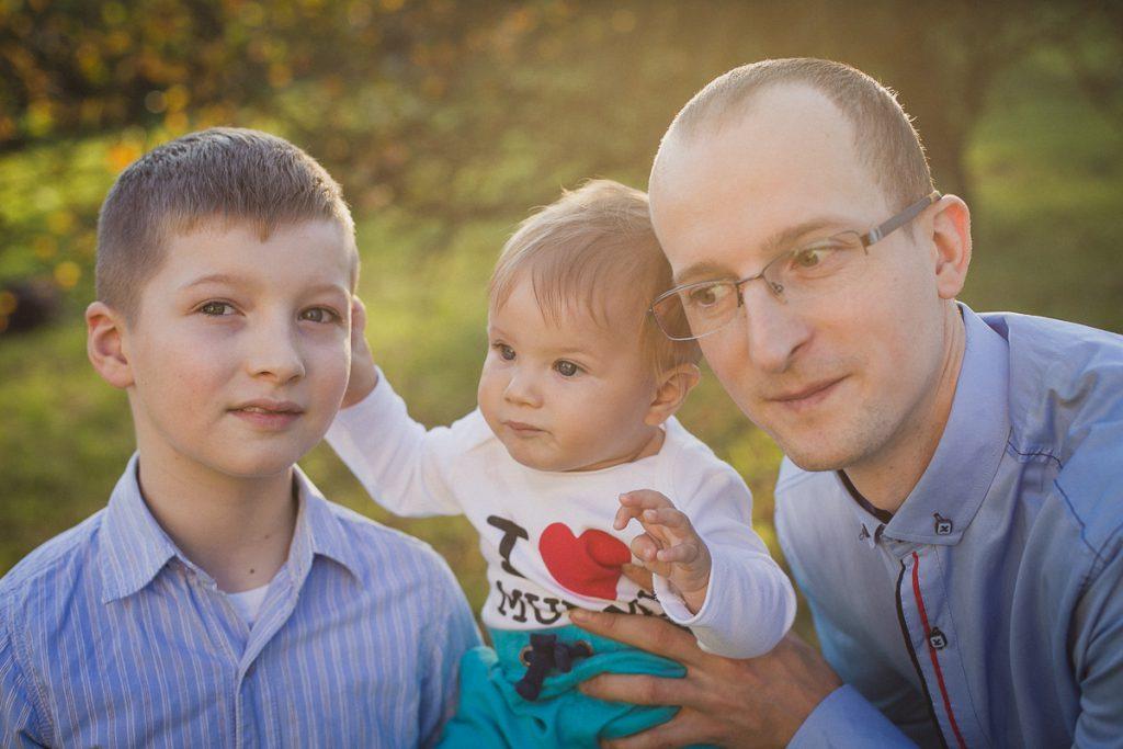 ojciec z synami sesja rodzinna jesienna