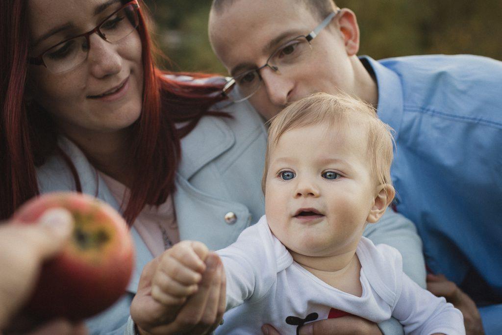 dziecko z jabłkiem sesja jesienna rodzinna
