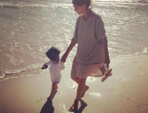 Hasennase und Mama am Strand