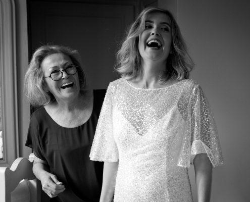 préparation de la mariée avec sa maman mariage domaine et compagnie aix en provence
