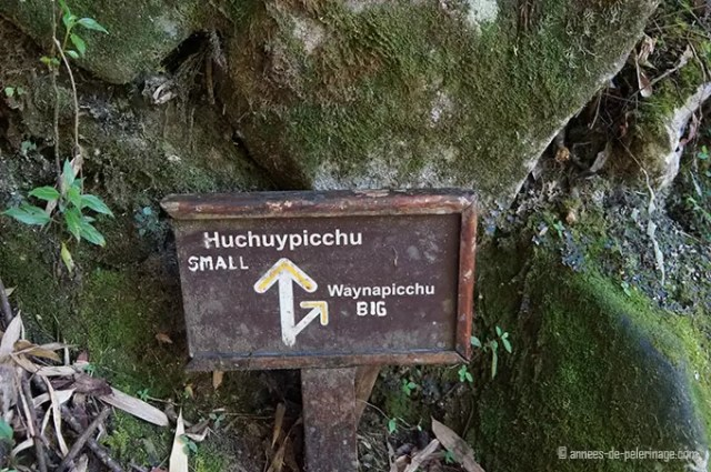 The sign at the fork of the path to huchuy picchu
